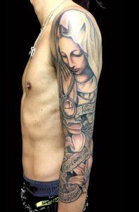 聖母マリア・懐中時計・クロス・百合・レタリング (ブラック&グレー)のTattoo(タトゥー)、洋彫り画像