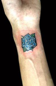 青い薔薇のワンポイントのTattoo(タトゥー)、洋彫り画像