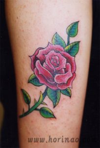 薔薇のワンポイントの刺青、和彫り(Japanese Tattoo)画像