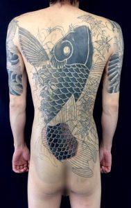 登り鯉と紅葉 ※背中一面のカバーアップの刺青、和彫り画像
