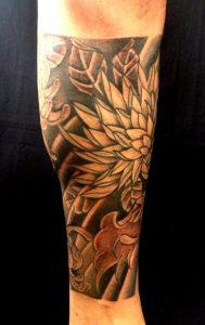 般若と菊散らしの刺青、和彫り(Japanese Tattoo)画像