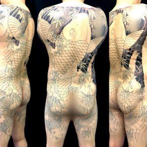 登り鯉と鯉群・紅葉散らしの刺青、和彫り(Japanese Tattoo)の画像