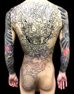 正面龍と菊散し ※カバーアップの刺青、和彫り(Japanese Tattoo)画像