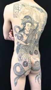 弁財天と正面龍の刺青、和彫り(Japanese Tattoo)の画像です。