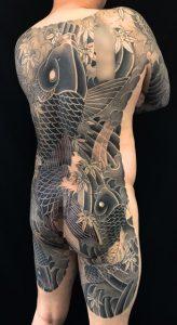登り鯉・鯉群・紅葉の刺青、和彫り(Japanese Tattoo)の画像です。