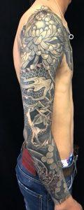 龍と菊散らしの刺青、和彫り(Japanese Tattoo)の画像です。
