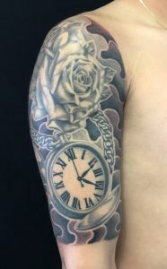 薔薇と懐中時計のTattoo(タトゥー)、洋彫りの画像です。