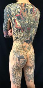 正面龍と菊散らし ※カバーアップの刺青、和彫り(Japanese Tattoo)の画像です。