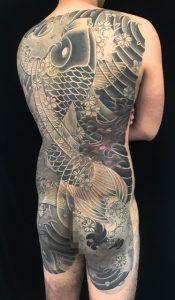 登り鯉&下り鯉&桜花の刺青、和彫り(Japanese Tattoo)の画像です。
