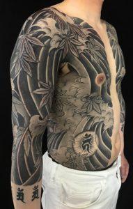 胸割り七分袖・紅葉と波しぶきの刺青、和彫り(Japanese Tattoo)の画像です。