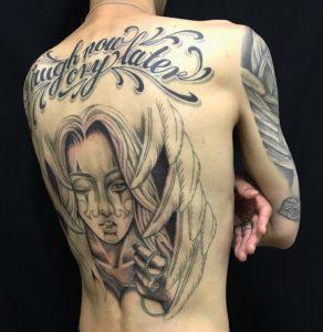 クラウンガール&レタリングのTattoo(タトゥー)、洋彫りの画像です。