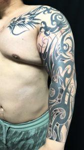 龍のトライバル&見切り額の刺青、和彫り(Japanese Tattoo)画像です。