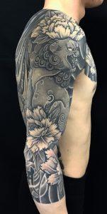 唐獅子牡丹と梵字水晶の刺青、和彫り(Japanese Tattoo)の画像です。