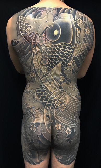 登り鯉と桜花の刺青、和彫り(Japanese Tattoo)の画像です。
