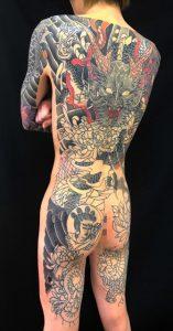 正面龍と菊散らし※フルカバーアップの刺青、和彫り(Japanese Tattoo)の画像です。
