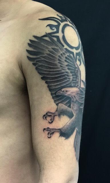 白頭鷲と太陽のトライバルのTattoo(タトゥー)、洋彫りの画像です。