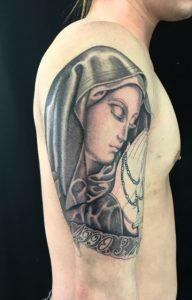 聖母マリア&レタリングのTattoo(タトゥー)、洋彫りの画像です。