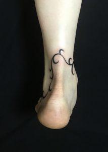 蔦のアンクレットのTattoo(タトゥー)、洋彫りの画像です。