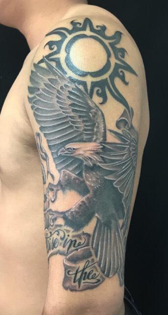 太陽・白頭鷲・レタリングのTattoo(タトゥー)、洋彫りの画像です。