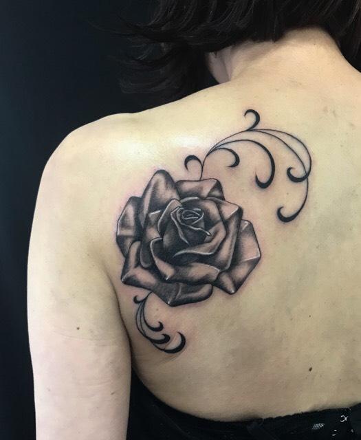 薔薇&ピンストライプのTattoo(タトゥー)、洋彫りの画像です。