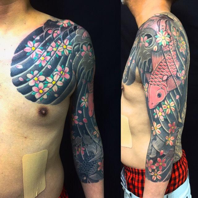 下り鯉と桜花の刺青、和彫り(Japanese Tattoo)の画像です。