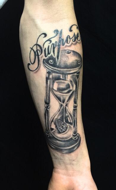 砂時計・レタリングのTattoo(タトゥー)、洋彫りの画像です。