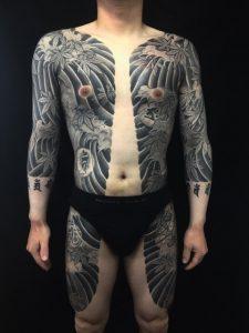胸割り七分袖・波・紅葉・梵字・水晶の刺青、和彫り(Japanese Tattoo)の画像です。