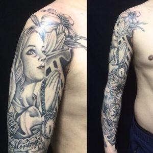 聖母マリア・懐中時計・百合・レタリングのTattoo(タトゥー)、洋彫りの画像です。