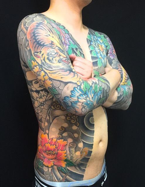 虎・唐獅子・牡丹・胸割り七分袖の刺青、和彫り(Japanese Tattoo)の画像です。