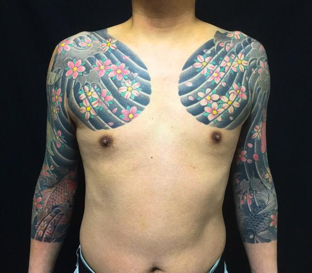 桜花・鯉・金魚の刺青、和彫り(Japanese Tattoo)の画像です。