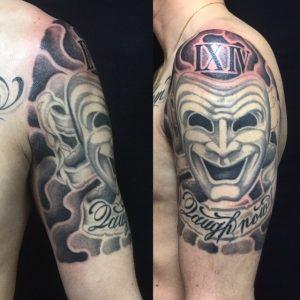 喜劇マスク・レタリング・額彫りのTattoo(タトゥー)、洋彫りの画像