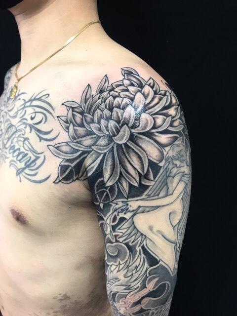 菊のワンポイントTattoo(タトゥー)の画像