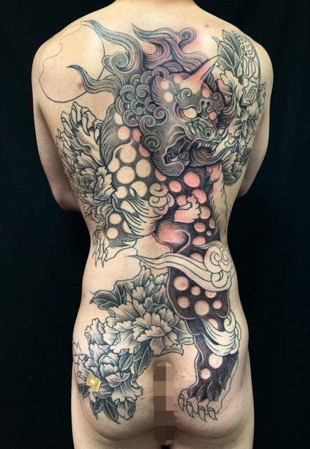 唐獅子・牡丹・満月の刺青、和彫り(Japanese Tattoo・タトゥー)の画像