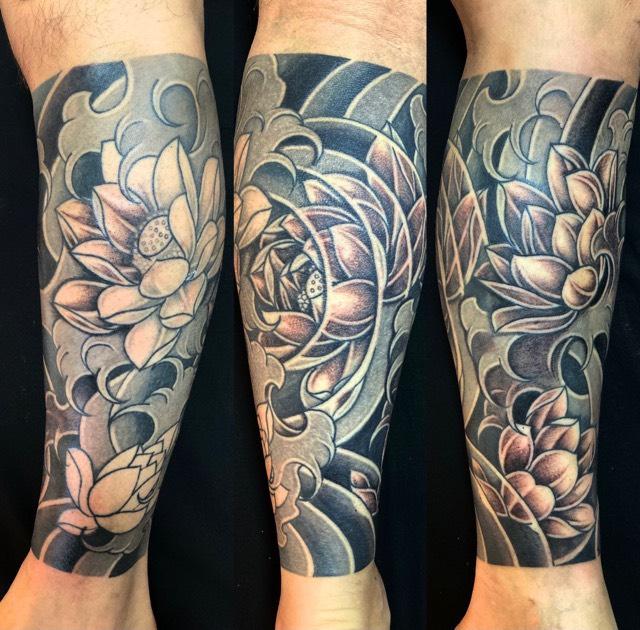 蓮の花・波の刺青、和彫り(Japanese Tattoo・タトゥー)の画像