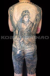 勢至菩薩、正面龍、登り鯉、墨仕上げ、額彫りの刺青、和彫り(Japanese Tattoo)画像
