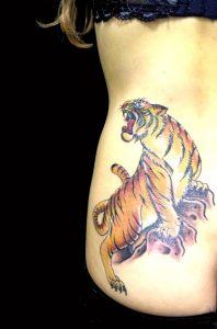 虎のワンポイントの刺青、和彫り(Japanese Tattoo)画像