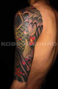 登り鯉と桜花散らしの刺青、和彫り(Japanese Tattoo)画像