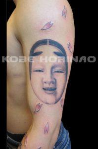 能面と桜花弁の刺青、和彫り画像