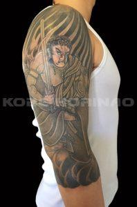 不動明王と護摩の炎、墨仕上げ、七分袖の刺青、和彫り画像