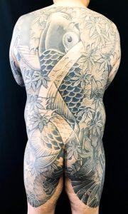 登り鯉・出目金・紅葉散らしの刺青、和彫り(Japanese Tattoo)画像