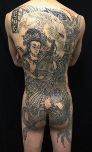 弁財天・正面龍の刺青、和彫り(Japanese Tattoo)の画像です。